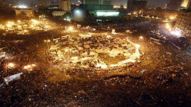 La revolución árabe toma Egipto el 28 de enero, que será recordado como su 'viernes de la ira'. Tras una jornada de violentas protestas contra el régimen del presidente Hosni Mubarak, se anuncia la disolución del Gobierno del país.