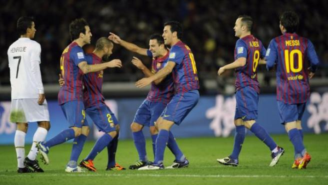 El centrocampista del Barça Xavi (centro) celebra con sus compañeros tras marcar gol contra el Santos.
