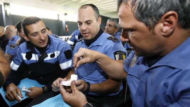 Agentes de Policía Local con un detector de drogas