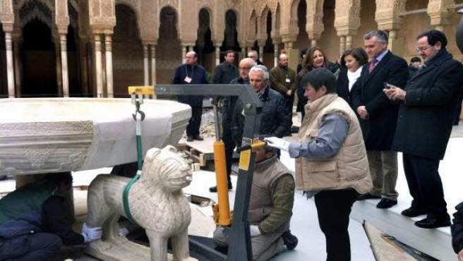 Las bajas temperaturas de Granada no han logrado enfriar ni restar emoción a uno de los momentos más esperados en la Alhambra desde hace años: la vuelta de los leones al patio más famoso del monumento nazarí tras un complejo y laborioso proceso de restauración que comenzó a gestarse en 2002. En la imagen, un grupo de operación durante su colocación.