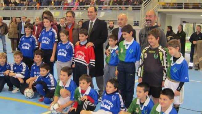 El Presidente Con Los Niños Que Han Inaugurado El Pabellón