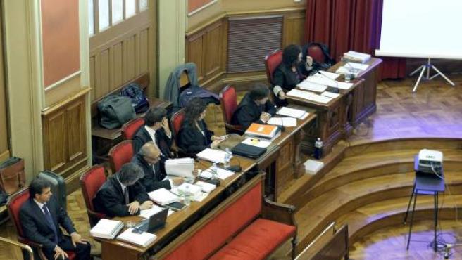 El yerno y jefe de seguridad de los joyeros Tous, Lluís Corominas (i), acusado de matar a un presunto ladrón, en la silla de los acusados de la Audiencia de Barcelona.