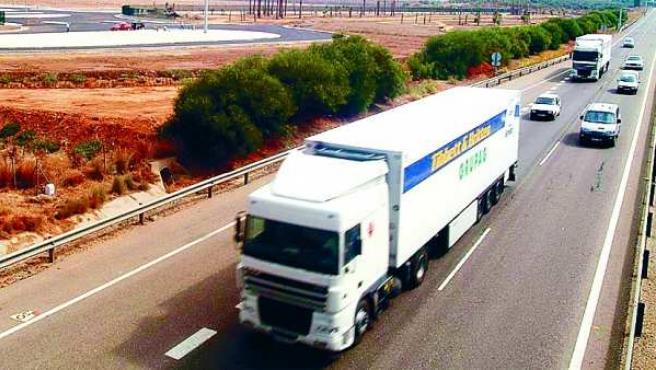 Imagen de archivo de un camión por la carretera N-IV.