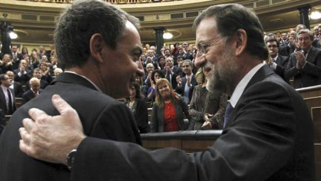 José Luis Rodríguez Zapatero y Mariano Rajoy se saludan tras la investidura del presidente del Gobierno.
