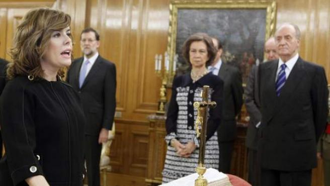 Soraya Sáenz de Santamaría juró hoy ante el Rey Juan Carlos, en el Palacio de la Zarzuela, como vicepresidenta, ministra de la Presidencia y portavoz del Gobierno presidido por Mariano Rajoy.
