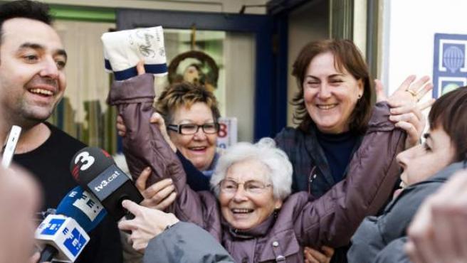 Vecinos de esta localidad muestran su alegría tras conocer que juegan participaciones del Premio Gordo de la Lotería de Navidad.