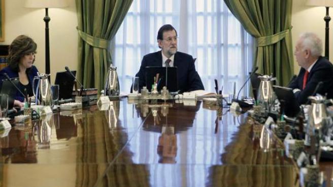 El jefe del Gobierno, Mariano Rajoy (centro), al comienzo de la primera reunión de su Consejo de ministros.