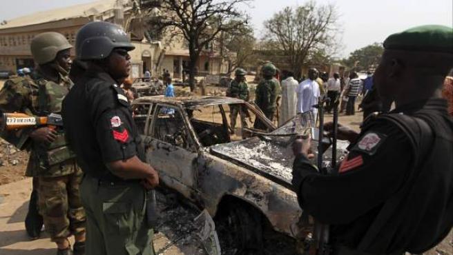 Las fuerzas de seguridad nigerianas contemplan la escena de la explosión en la iglesia católica de Santa Teresa en la ciudad de Madalla.