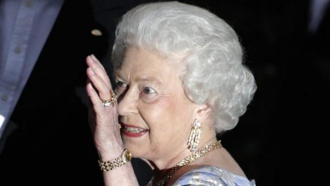 La Reina Isabel II, a su llegada al ágape por ella ofrecido un día antes de la boda de Guillermo y Kate.