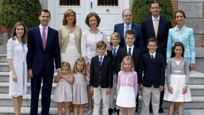 Los reyes de España posan junto a los príncipes de Asturias y sus hijas, las infantas Leonor (4i) y Sofía (3i) la infanta Elena y sus hijos, Felipe Juan Froilán (2d) y Victoria Federica (d), y los Duques de Palma y sus hijos, Pablo Nicolás (5i), Juan Valentín (3d-segunda fila), Irene (3d-primera fila) y Miguel (4d-segunda fila) durante la comunión de éste último que se celebró en los jardines del palacio de La Zarzuela.