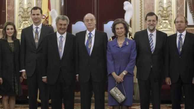 De izda. a dcha, los príncipes de Asturias, el presidente del Congreso, Jesus Posada, don Juan Carlos y doña Sofía, el presidente del Gobierno, Mariano Rajoy y el presidente del Senado, Pio Garcia Escudero.
