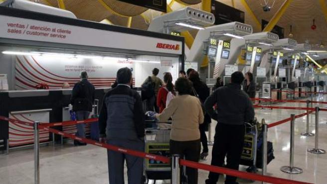 Imagen de archivo de un grupo de pasajeros, ante el mostrador de Iberia en el aeropuerto de Madrid-Barajas.