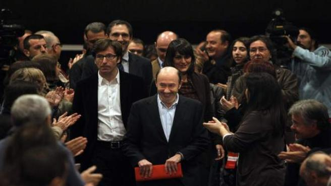 Rubalcaba llega a la sede de UGT para postularse como candidato a la Secretaría General del PSOE.