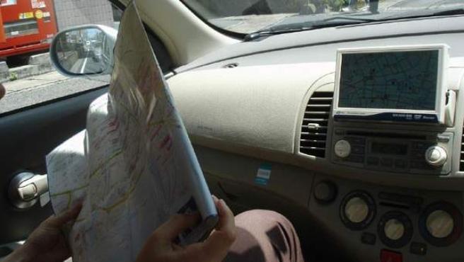 Imagen de un copiloto usando GPS.