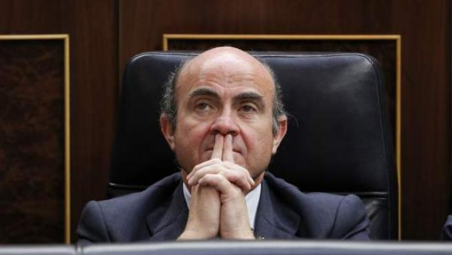 El ministro de Economía, Luis de Guindos, antes de la sesión de apertura de la X legislatura que presidieron los Reyes en el Congreso.