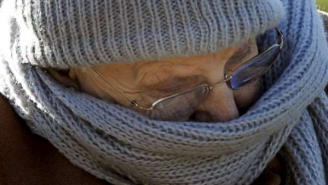 Una persona se abriga ante las bajas temperaturas.