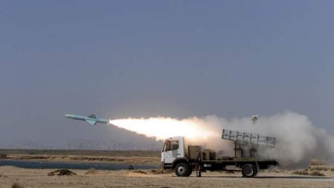 Un misil tipo 'Nasr' parte desde una lanzadera del ejército iraní cerca del Estrecho de Ormuz, en Irán, el día 2 de enero de 2012.