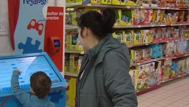 Una madre y su hijo en una juguetería.