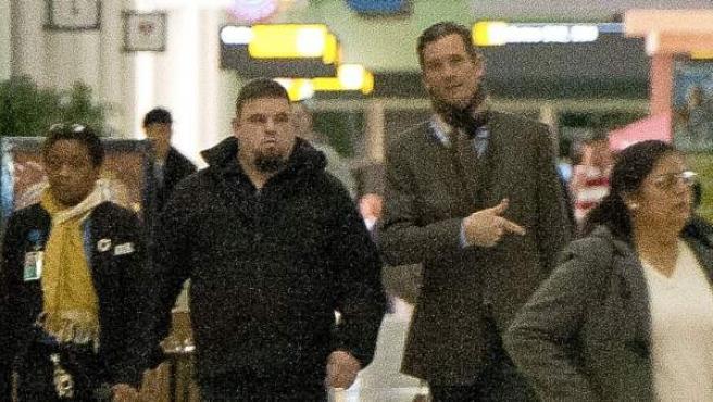 Iñaki Urdangarin junto a un policia judicial en el aeropuerto rumbo a Londres. Es la primera imagen del duque tras ser imputado.
