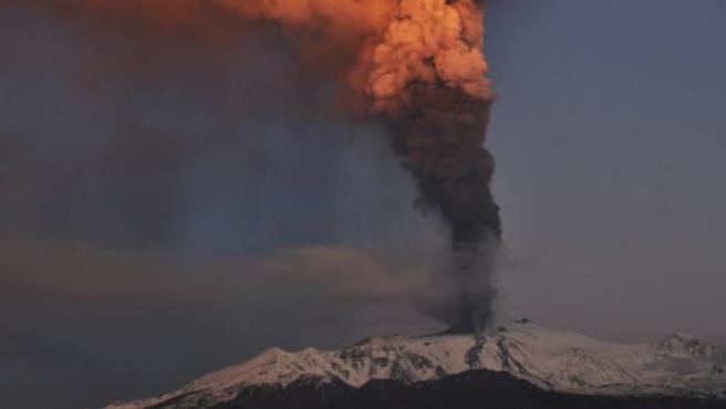 El Etna, fotografiado este jueves en plena erupción.