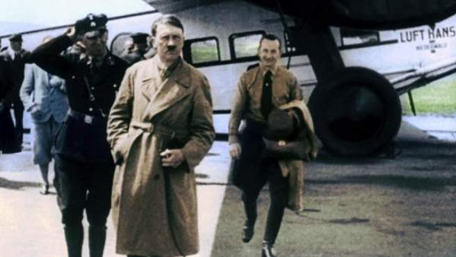 Fotografía tomada en Alemania en 1932, correspondiente a uno de los viajes de la campaña electoral que Hitler emprendió por el país.