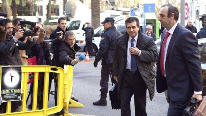 El expresidente del Gobierno Balear, Jaume Matas (segundo por la izquierda), acompañado de su abogado, Antonio Alberca, llega a la Audiencia Provincial de Palma de Mallorca, donde comienza el juicio contra él por malversación de caudales públicos y prevaricación.