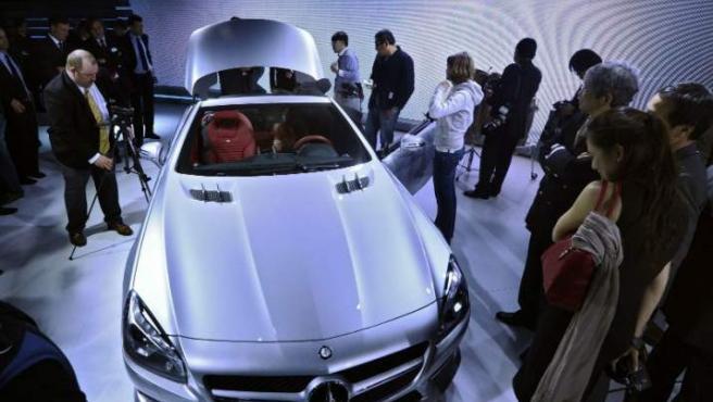 Varias personas observan el nuevo modelo de la línea de Mercedes-Benz SL que se exhibe en la Feria Internacional del Automóvil de EEUU, en Detroit, Michigan, una de las ferias más grandes del país que se realiza hasta el 22 de enero.
