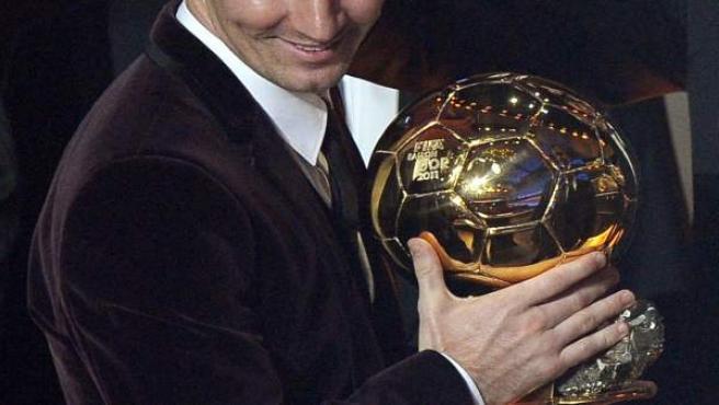 Leo Messi alza su tercer Balón de Oro.