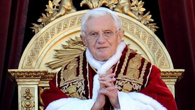 El papa Benedicto XVI ha pronunciado el tradicional Mensaje de Navidad ante las miles de personas reunidas en la Plaza de San Pedro del Vaticano.