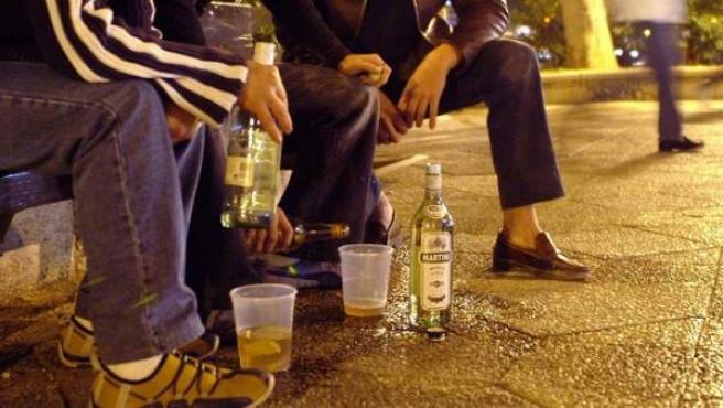 Jóvenes bebiendo en la calle.