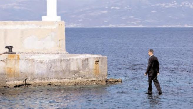 Ramette está en realidad de pie sobre una plataforma situada bajo el agua