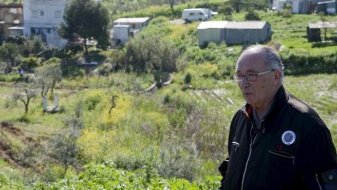 José Antonio Casanueva, abuelo de Marta del Castillo, observa los trabajos de búsqueda del cuerpo en una imagen de archivo.