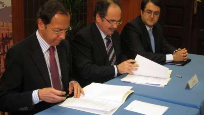 Cámara (Izq) Y El Presidente Del CTCON, Miguel Mengual, Firmando El Convenio