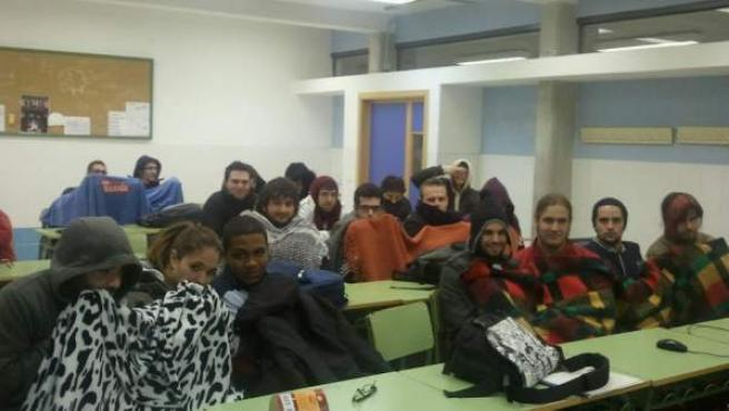 Los alumnos del IES Vila-roja de Almassora (Castellón) combaten el frío invernal con mantas. Según ha denunciado la diputada de Compromís Mireia Mollà, la deuda del Consell ahoga al centro, que no tiene ni para calefacción.