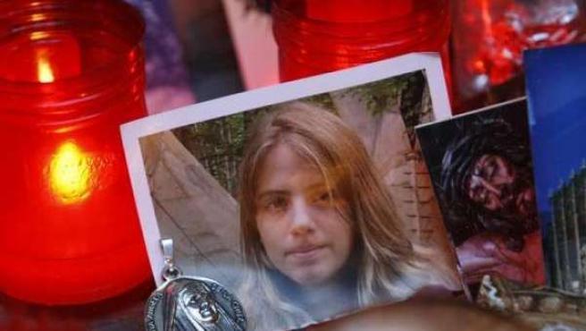 Una foto de Marta del Castillo, rodeada de velas y estampas en su recuerdo.