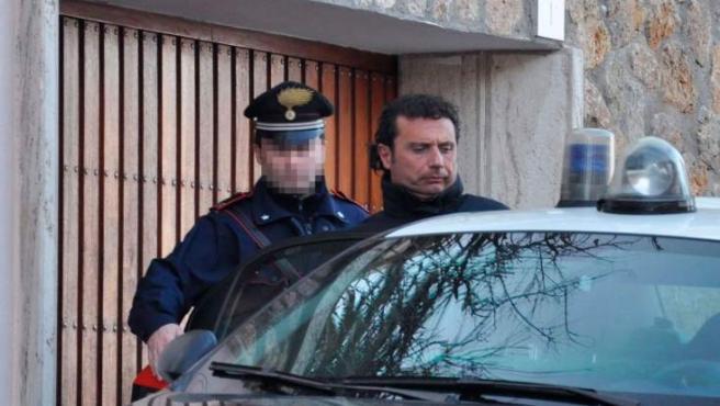 El capitán del Costa Concordia, el mayor crucero italiano, naufragado en el mar Tirreno frente a las costas de la isla de Giglio, Francesco Schettino, es detenido en Grosseto, Italia.