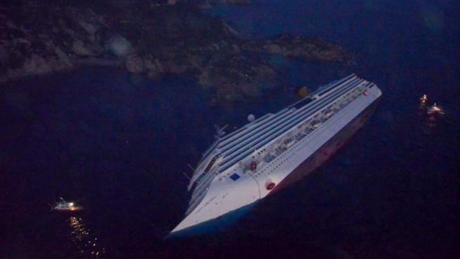 Imagen aérea de cómo ha quedado el crucero Costa Concordia tras encallar frente a las costas de la isla de Giglio, en Italia.