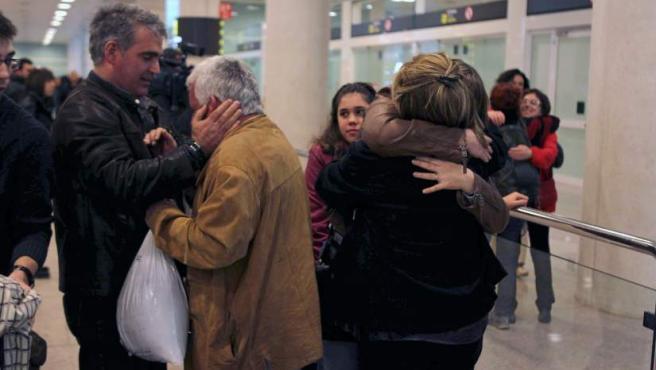 Un grupo de supervivientes españoles, que viajaban en el crucero Costa Concordia, que encalló el viernes frente a la isla de Giglio, en Italia, son recibidos por familiares y amigos a su llegada al aeropuerto de El Prat de Barcelona, en un vuelo procedente de Roma.