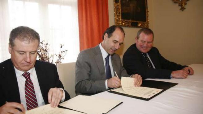 El Presidente De Cantabria Durante La Firma Del Convenio