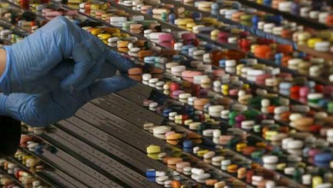 Decenas de pastillas y píldoras en los estantes de un laboratorio.