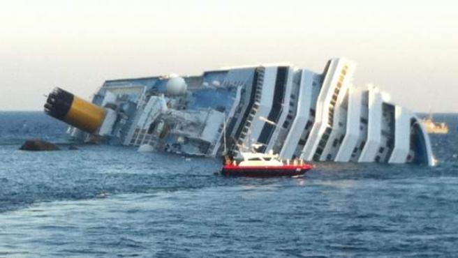 Vista del crucero Costa Concordia escorado 80 grados en aguas de la isla italiana de Giglio, en el norte de Italia.