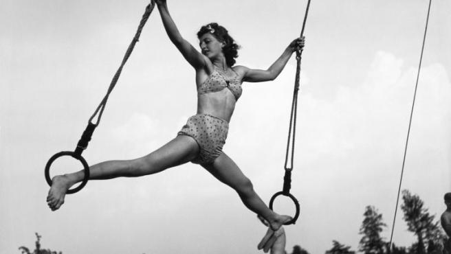 Una chica hace gimnasia. Seidenstücker retrató todos los aspectos de la vida cotidiana de Berlín.