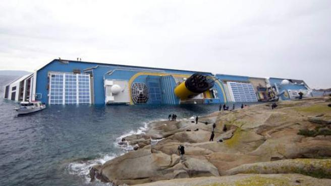 El crucero Costa Concordia, semihundido en la costa del Tirreno.