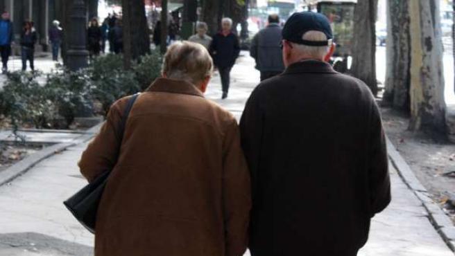 Una pareja de personas mayores pasea
