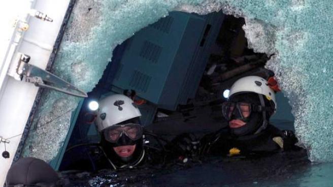 Foto cedida por la policía italiana del rescate de cadáveres del Costa Concordia.