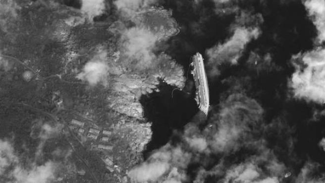 El naufragio del 'Costa Concordia' visto desde un satélite.