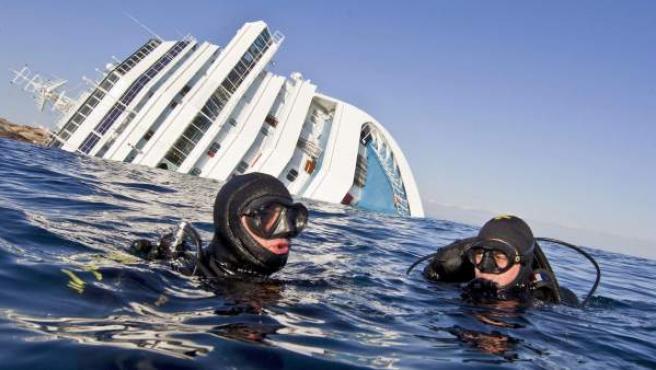 """Buceadores de los """"Carabiniari"""" italianos en el agua cerca del crucero 'Costa Concordia'. La empresa holandesa Smit Salvage procederá a la extracción del carburante en cuanto sea posible."""