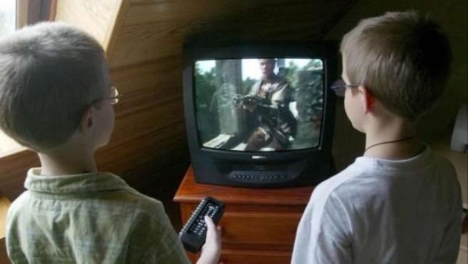 Unos menores ven violencia en la televisión.