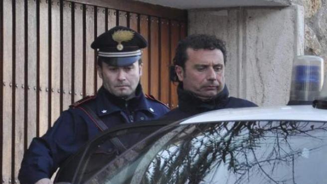 Imagen fechada el día 14 de enero en la que se ve al capitán del crucero 'Costa Concordia', Francesco Schettino, entrando a un vehículo policial en Grosseto.