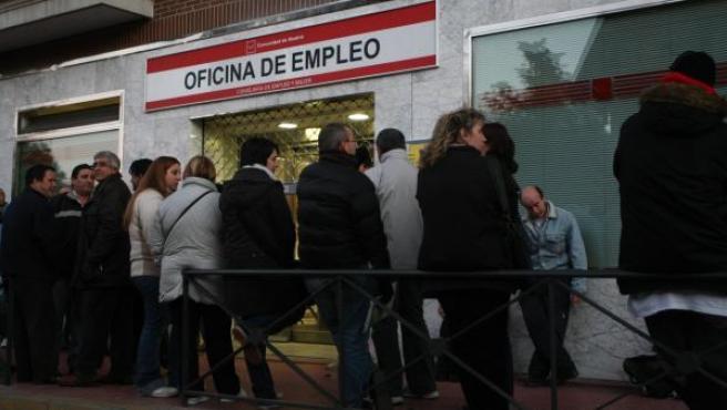 Varios parados hacen cola para solicitar la prestación del desempleo.